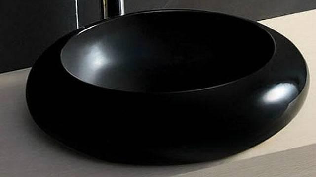 Umyvadla nemusejí být jen bílá. Například černá jim dodá také na eleganci, důkazem je Noir sprůměrem 50 cm a výškou 13 cm, cena 3528 Kč, ESHOP SANITA