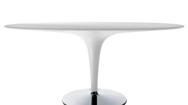 Oválný stůl je podle feng shui ideálním ke stolování. Tak co třeba využít Big bombo (design Stefano Fiovannoni pro Magis) socelovou podnoží a bíle lakovanou desku zpolyuretanu? Rozměr 170 x 110 x 75 cm, cena 66830 Kč, DESIGN PROPAGANDA...
