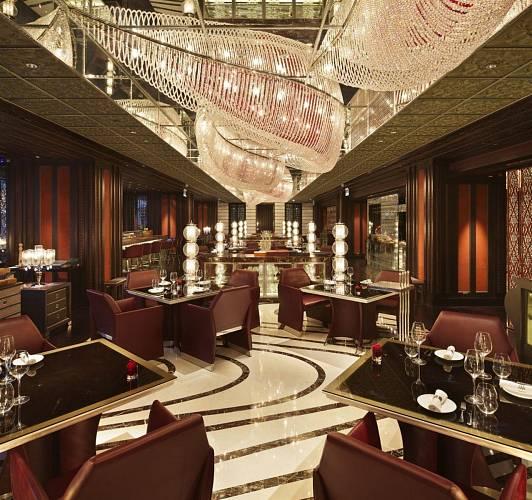 Four Seasons, Peking. Svítidlo tvořené soustavou 5 samostatných vln, kde kaţdá vlna představuje kombinaci křišťálových a rudých perlí vyrobených na míru dle přání zákazníka.