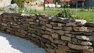 Opěrná kamenná zídka vybízí k osázení skalničkami