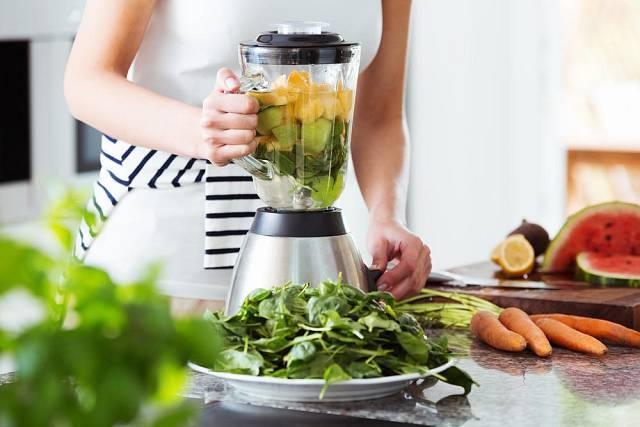 K přípravě smoothies slouží mixéry, u některých modelů můžete nádobu na mixování použít rovnou na uchování smoothies a pití.