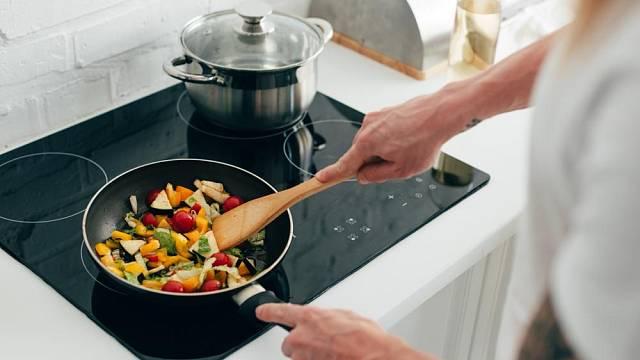 Zeleninu lze orestovat na olivovém oleji.