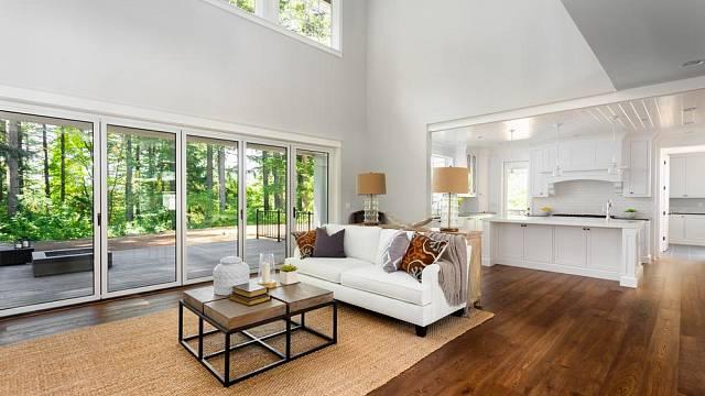 Skleněné dveře přímo vybízejí k tomu, aby propojily terasy a balkony se samotným interiérem.