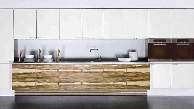 Kuchyně z Parapanu®, materiálu na bázi akrylátových polymerů, který zaručuje pevný povrch s vysokým leskem. Je plně probarvený, takže je možné ho po eventuálním poškrábání přeleštit. Foto Poggenpohl