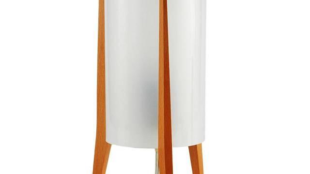Pokrok Žilina typ PS 2x, Kostru lampy tvoří dřevěné nohy, válcové stínidlo o průměru 10 cm je vyrobeno z mléčného plastu. Celková výška 25 cm. Cena: 1 700 Kč