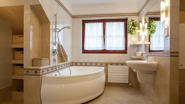 Rohové koupelny jsou velmi oblíbené, zakoupíte je v různých velikostech, tvarech, většinou bývají vybavené malým odkládacím prostorem, který můžete využít jako sedátko. Zdroj: Shutterstock.