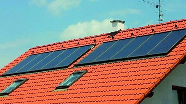 Příklad instalace solárních kolektorů do střešní krytiny.
