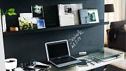 Pokud je pracovní stůl přistavěný ke stěně bez okna, snaží se tento handicap vyvážit maximálním využitím přilehlé stěny pro odkladní a úložné prostory. Mohou mít velmi rozmanitou formu, od sestavy několika nástěnek přes otevřené police až po efektní se...