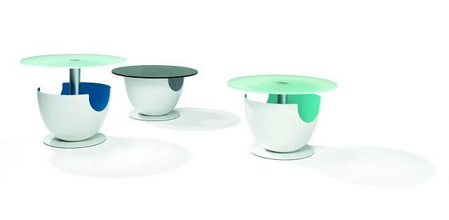 Deska stolku Kalimo je lisovaná z akrylátového skla, jasně bílá základna má vnitřek lakovaný barvou podle přání zákazníka. Design Fu´thark. Foto: Ronald Schmitt