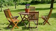 Dřevěný nábytek je pro nás stále favoritem. Je pocitově příjemný a do zahrad se skvěle hodí.