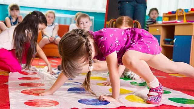 Twister je skvělá hra pro malé i velké, kterou navíc snadno můžete hrát téměř kdekoli – i venku.