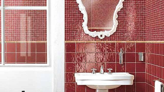 Koupelna s umyvadlem a zrcadlem