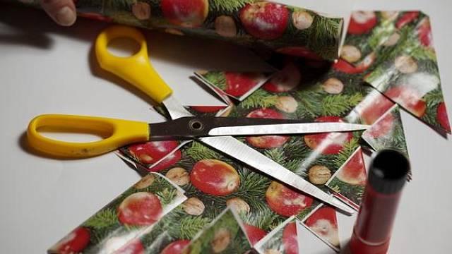 Připravíme si papír, nůžky a lepidlo