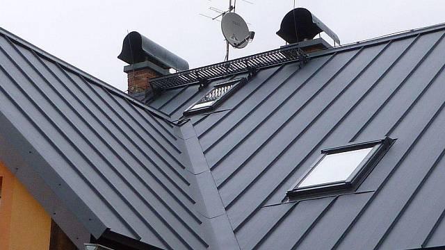 Úžlabí střechy by mělo být čisté a jeho oplechování musí těsně doléhat k okolní krytině. Nevyčištěná úžlabí v zimě namrzají, zamezují odtoku vody a mohou způsobit zatékání.