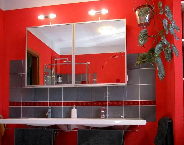 Ani druhá koupelna není uniformní. I tady vsadili majitelé na výrazné barvy.
