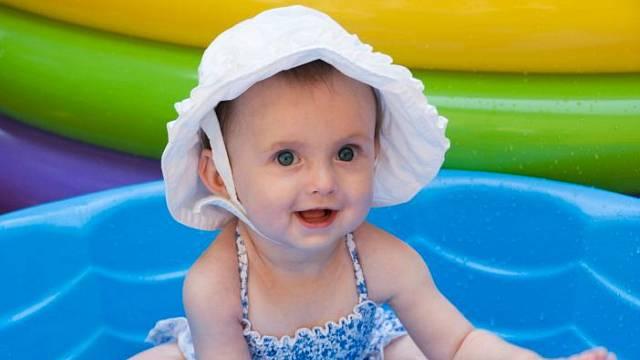 Vedle nafukovacích bazénků můžete dítěti pořídit pevnou plastovou skořepinu. Výhodou je, že bývá součástí také víko. Navíc ji můžete využít také jako pískoviště.