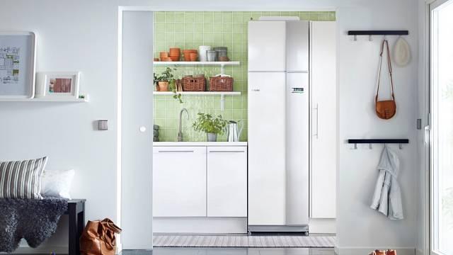 Interiérové jednotky tepelných čerpadel mohou v klidu stát třeba v kuchyni a neruší nijak vzhled.
