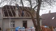 Starou střechu postupně nahradila nová, pod ní se skrývá půdní vestavba se dvěma ložnicemi.