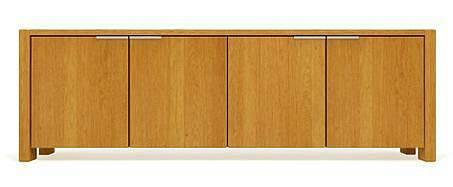 Dům s čistým, vzdušným interiérem a prostor pod jednoduchým oknem nejlépe doplní minimalistický nábytek. Komoda od firmy JAVORINA je z dubového dřeva, které solitér oživuje svou dekorativní kresbou.