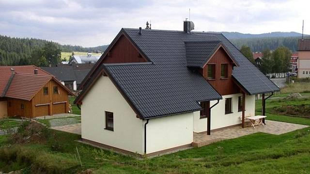 Střecha a fasáda horské dřevostavby: tašky&omítka.