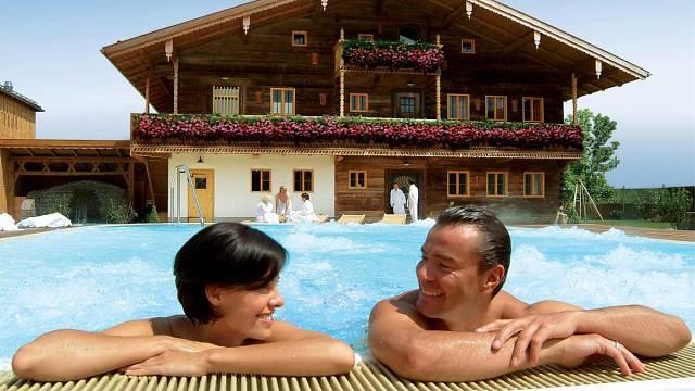 Chloubou Therme 1 je exkluzivní saunový svět v atmosféře 200 let starého statku. I tady najdete termální bazén.