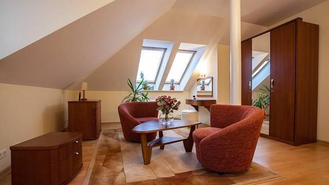 Kvalitní dřevěný nábytek je přesně podle Býkových představ.