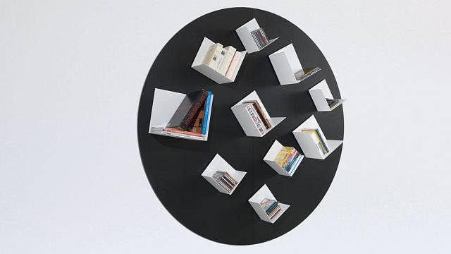 Knihovna, kterou vidíte na obrázku stojí 3830 euro, tedy skoro 100 000 korun včetně daně.