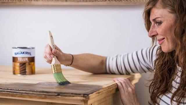 Lazuru je potřeba aplikovat minimálně ve dvou vrstvách. Dřevo natírejte vždy po směru vláken.
