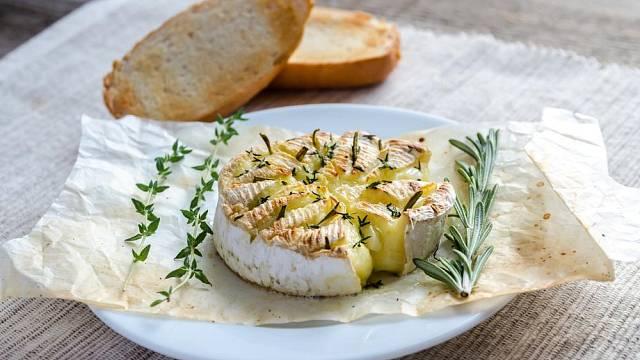 Grilovaný camembert podávejte s bylinkami.