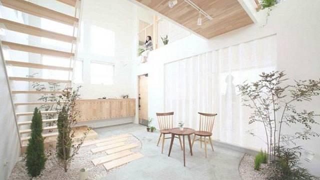 Je obecně známo, že dřevo působí v interiéru velmi pozitivně a dokáže jej zútulnit a pocitově zahřát. V tomto interiéru si se dřevem, rostlinami a dalšími přírodními materiály (například kamínky či mušle) pěkně pohráli a rozhodně se tato snaha vyplatil...