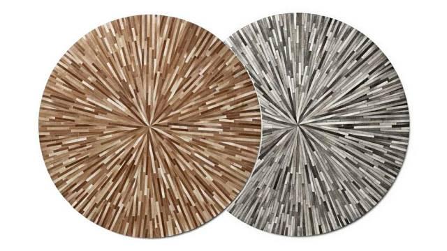 Koberec Ripple (béžový) a Dimas z proužků kůže z Bo Conceptu o průměru 230 cm, každý za 48 410 Kč.