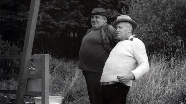 Karel Höger se svým kolegou Čestmírem Řandou (asi zrovna poobědvali)