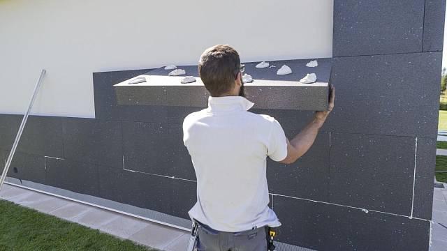 Ukázka špatně naneseného cementového lepidla na povrch fasádního EPS