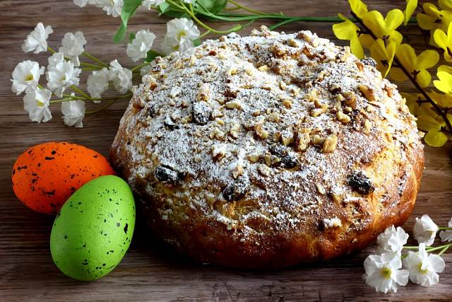 Mazanec jako znak Velikonoc patří na každý slavnostní stůl. Pečeme jej na Bílou sobotu a nahoře nezapomínáme udělat nožem kříž jako symbol Ježíšova ukřižování.