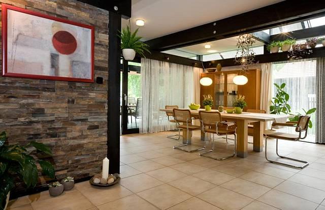 Výrazným prvke interiéru je kamenná stěna.