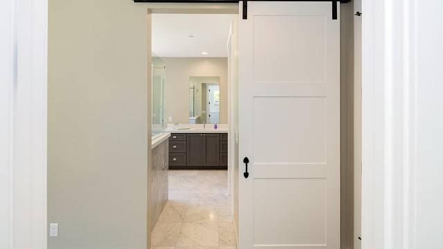 Posuvné dveře na konzoli jsou designovým kouskem nejen pro fajnšmekry.