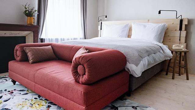 Pokoj má střední velikost a nabízí možnost přistýlky. Na podlaze jsou smrkové fošny s bílým olejem, pod stropem je namalován ornamentální vzor. Čelo postele je vyskládané z dubových trámů. Pokoj zdobí krb pořízený v antiku. Foto: Thomas Skovsende...