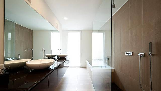 Sprchová zástěna ve formě skleněného paravanu