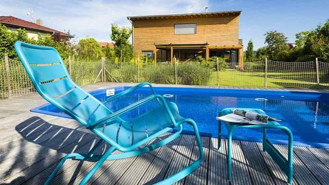 Do velké trávníkové plochy v pobytové části  zahrady je zapuštěný bazén s dřevěným molem-palubou.
