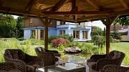 Dokonalou iluzi lázeňské atmosféry dotváří rozlehlá zahrada s altánem a koupacím jezírkem.
