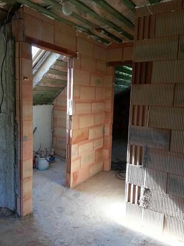 Narovnané zdi na horní WC a koupelnu
