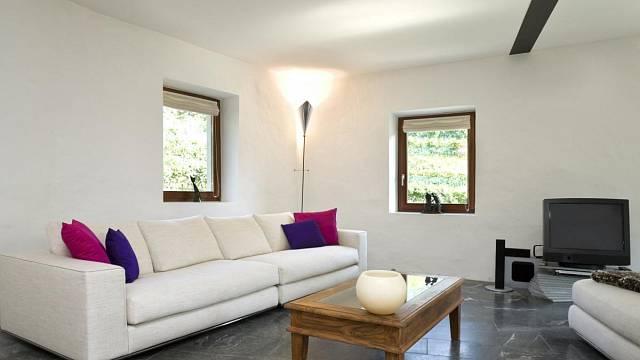Bohužel ani moderní architekti lecky nepočítají s tím, že by mělo být v interiérech dostatečné světlo.