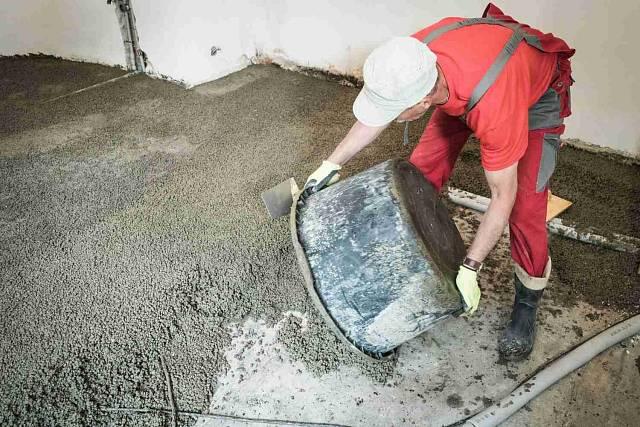 Vzniklý lehký beton vylijeme na očištěný podklad