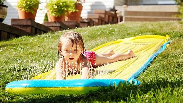 Jednoduchá skluzavka zabaví děti na celé odpoledne.
