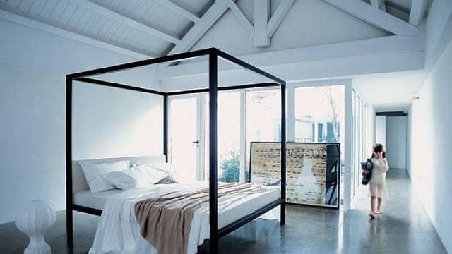 Cítíte se dobře v menším prostoru? Pak by se vám mohlo příjemně usínat v posteli s nebesy. Jejich původní funkce je dávno ta tam, dnes už jen zdobí. Ale jak vidíte, postel s jednoduchou konstrukcí může působit pěkně i bez látky. Milleunanotte (design E...