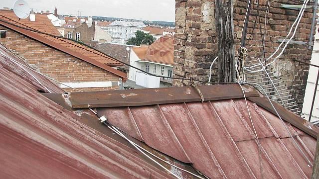 Stará hliníková střecha, do které zatéká. Chybí oplechování komínů a jednotlivá úžlabí střechy a další místa potřebují rekonstrukci.