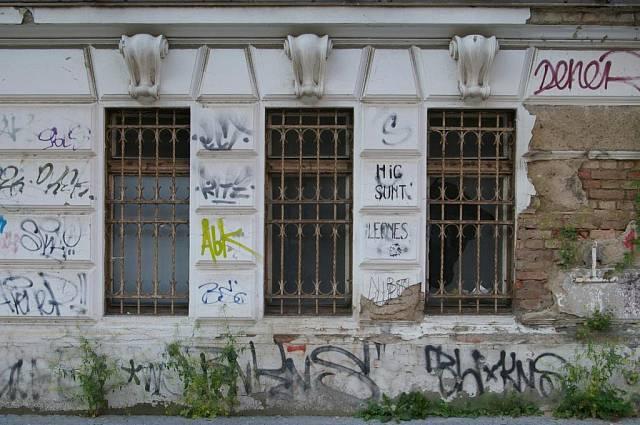 <p>Hic Sunt Leones. Jak trefně posprejovali budovu</p>