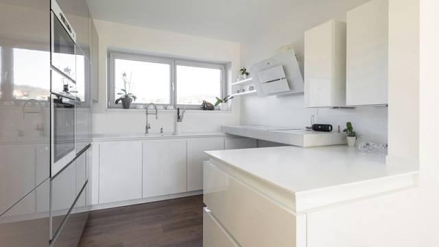 Bílé či hodně světlé kuchyně patří mezi nejpopulárnější.