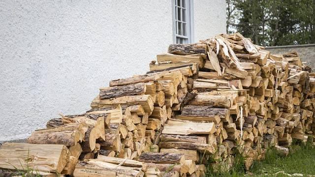 Jaké dřevo se hodí do krbu, aby hřálo a nezničilo jej?