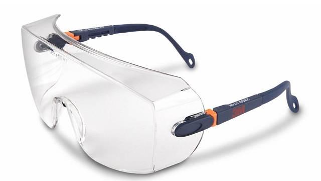 Nositelé dioptrických brýlí by si při práci v dílně měli hlídat skla. Technologové ve 3M pro ně vytvořili ochranné brýle 3M 2800, jejichž sférický design polykarbonátového zorníku umožňuje nošení i přes většinu dioptrických brýlí. ...